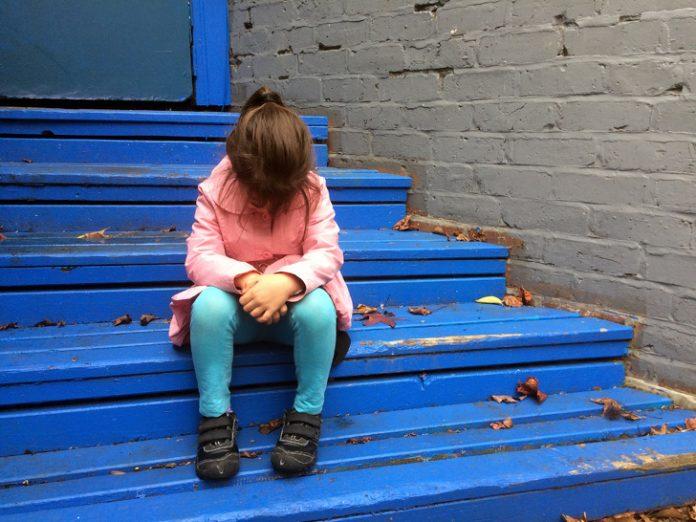Shenjat treguese që fëmija është i stresuar por nuk e shfaq  Mos u tregoni neglizhentë