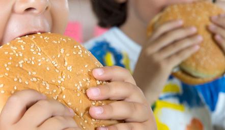 Prindërit  shkaktar që fëmijët shtojnë peshë