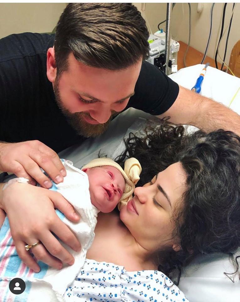 Remzie Osmani bëhet gjyshe  çifti gëzohen me një vajzë
