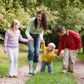Ja pse nënat me tre fëmijë janë më pak të stresuara se ato me një