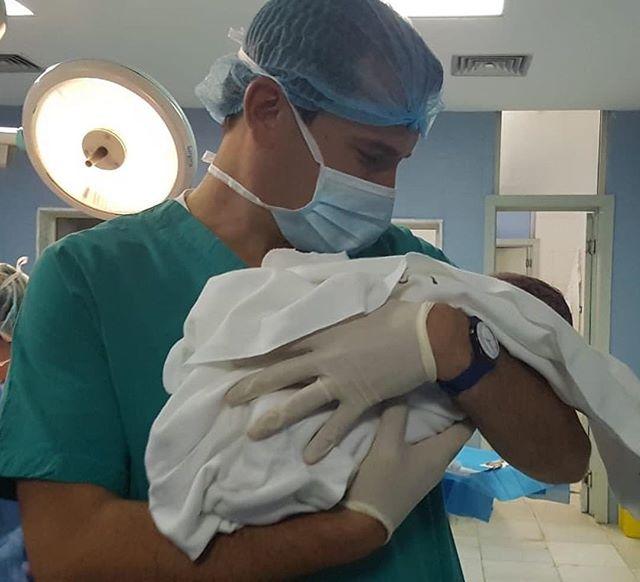 Erion Veliaj poston foton e parë me të birin në maternitet dhe zbulon emrin
