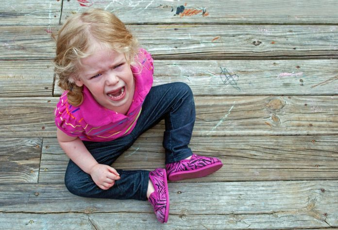 Si të silleni me një fëmijë që i kërkon gjërat me të qarë