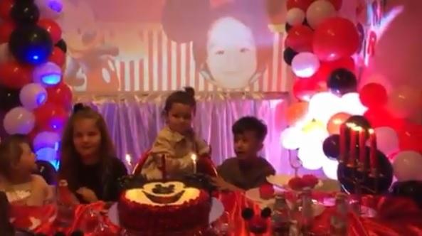 Pamje nga festa e datëlindjes së djalit të Adelina Ismailit