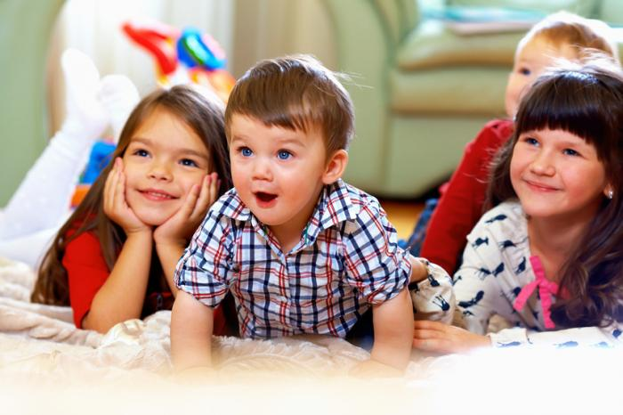 8 mënyra të pazakonta se si ledhatohen fëmijët në Kosovë