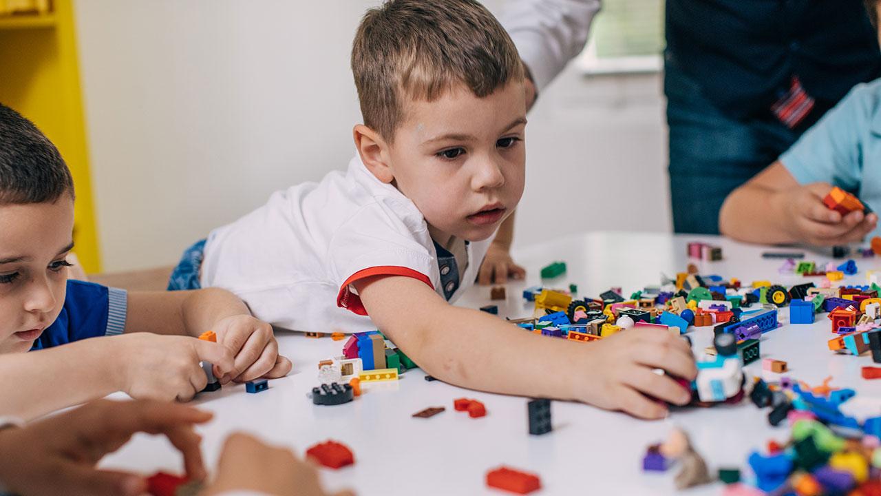 Shenjat e autizmit te bebet muaj pas muaji