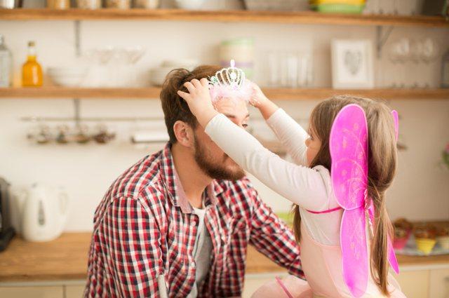 A është e vërtetë që baballarët janë më të lidhur me vajzat dhe mamatë me djemtë  Psikologët përgjigjen