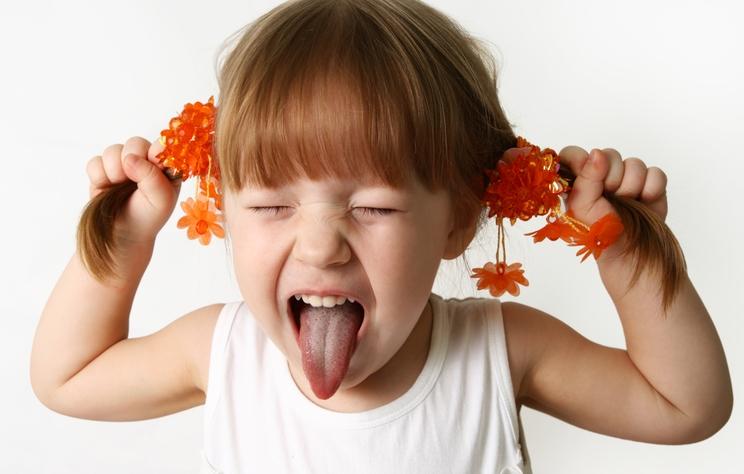 Arsyeja pse fëmijët sillen më keq me mamatë pranë